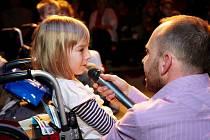 Dívka je kvůli nemoci upoutaná na invalidní vozík.