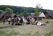 Mladí pánové bravurně zvládali i smažení palačinek na sporácích našich předků.