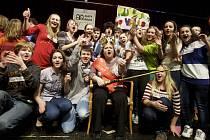 Fandící žáci kunovické školy se s oblíbenou učitelkou sešli na pódiu pražského hotelu.