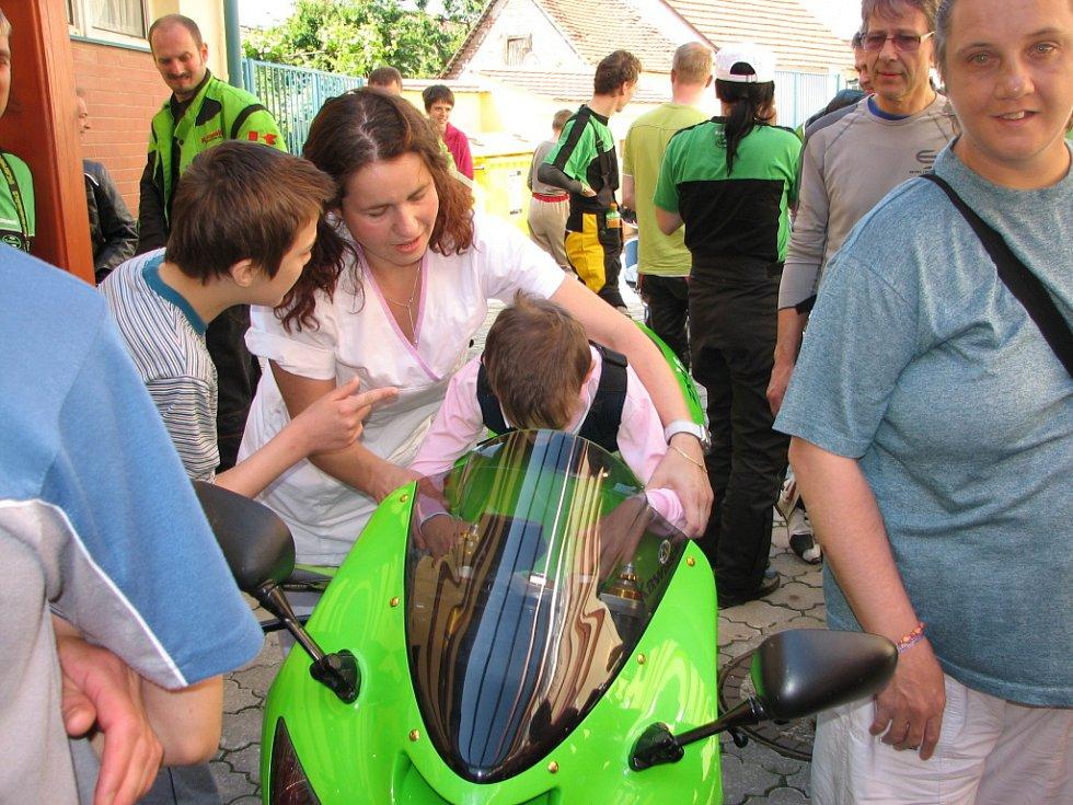 Řidiči dvoustopých vozidel navštívili klienty velehradského domova a přivezli jim dárky.