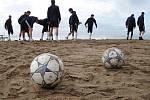 Fotbalisté 1. FC Slovácko na soustředění v Turecku. Fotbalisté Slovácka musí na nějaké dovolenkové povalování zapomenout, na písku absolvují výběhy.
