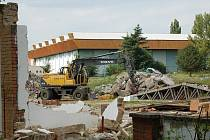 Hradišťské koupaliště se během několika posledních dnů změnilo v jedno velké staveniště.