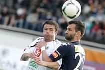 Kdo by nám chtěl dát gól, toho chytím pod krkem, jako by útočníkům soupeře vzkazoval Tomáš Košút (vpravo).