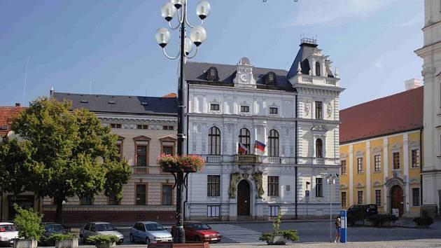 Historická budova radnice v Uherském Hradišti se dočká obnovy fasády včetně okrasných prvků a střechy.