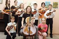 Žáci Slovácké základní umělecké školy se svými nástroji.