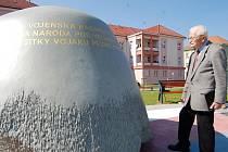 Nové náměstí v Uherském Hradišti zdobí téměř osmnáctitunová helma.