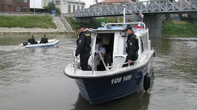 Policejní kontrola na řece