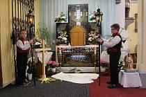 Osm dvojic ministrantů v krojích s lampami v rukou, drželo v sobotu 20. dubna od 9 do 17 hodin v kostele svatých Filipa a Jakuba v Dolním Němčí hlídku u symbolického hrobu Ježíše Krista. Jednu ze dvojic tvořili také Filip Kelíšek a Jakub Kolář.