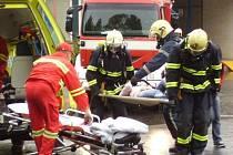 V AKCI. Záchranáři zkoušeli i evakuaci na nosítkách.