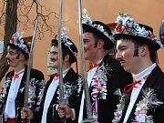 Málokterý fašankový průvod dodržuje tradici tak, jak je tomu v Komni. Zde chodí v čele skakúni – čtyři mladíci v uniformách a s meči v rukou.