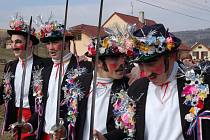 V Komni chodí ve fašankovém průvodu čtveřice nalíčených mladíků, kterým se říká skakúni