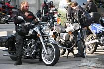 Z policejního ředitelství v Hradišti zamířili motorkáři do Bůrovců.