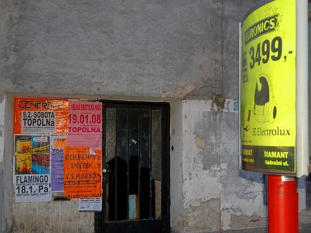 Na sloupu je reklama placená, na zdech starého domu v hradišťské Dvořákově ulici nemají plakáty co dělat.