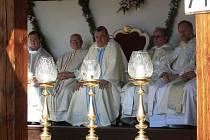 Kolem dvou tisíc lidí se v neděli dopoledne účastnilo slavnostní mše svaté na prostranství za klášterním kostelem v Uherském Brodě. V rámci tamní Růžencové pouti celebroval bohoslužbu arcibiskup český a primas pražský Dominik Duka.