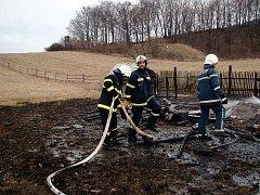Rozsáhlý požár hospodářského stavení na sezónní ustájení zvířat u Hostětína hasilo v sobotu 20. března odpoledne pět cisteren profesionálních i dobrovolných hasičů z Uherskohradišťska a Zlínska.