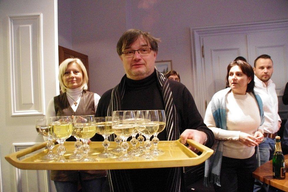 Patrik Kunčar (KDU-ČSL) slavil svůj postup do Senátu ve své kanceláři na brodské radnici uprostřed volebního štábu se spolupracovníky i s rodinou.