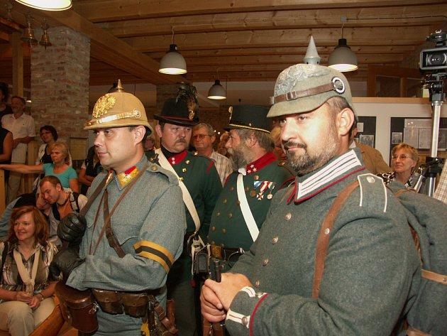 Příslušníci dobového četnictva a vojska také zavítali do Muzea Podhradí.