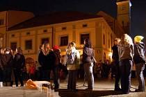 """Zhruba stovka lidí vzpomínala ve středu 17. listopadu u """"Rozárky"""" na Mariánské náměstí v Uherském Hradišti, na události před 21 lety."""