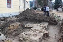 Podařilo odkrýt pozůstatky původní brány, kterou se vstupovalo ze západní strany do cisterciáckého kláštera, budovaného v první polovině 13. století.