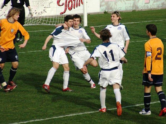 Mladší prvoligoví dorostenci Slovácka porazili Mladou Boleslav 3:1. Skóre zápasu otevřel už ve 2. minutě po samostatném úniku Jakub Habanec (v bílém vlevo), se kterým se přiběhli podělit o radost Baroš, Kleibrt a Kordula