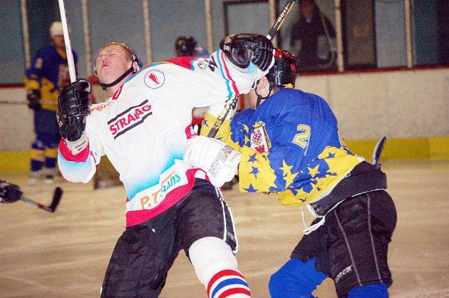 Hokejové derby se nikdy nehraje v rukavičkách.