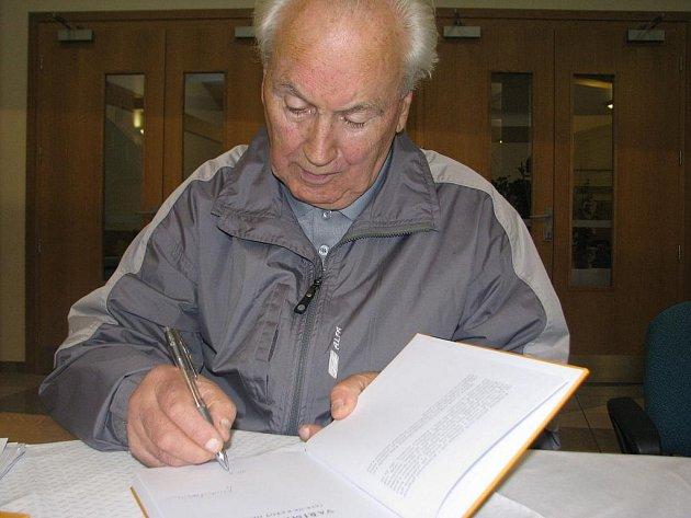 Jaroslav Balaštík podepisuje svoji poslední pulikaci.