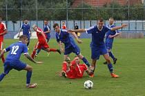 Fotbalisté Kunovic (v modrých dresech)  v zápase I. A třídy proti Osvětimanům.