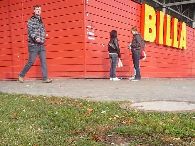 """Kuřáci v blízkosti nádraží odpuzují veřejnost, naopak však """"přitahují"""" strážce zákona"""