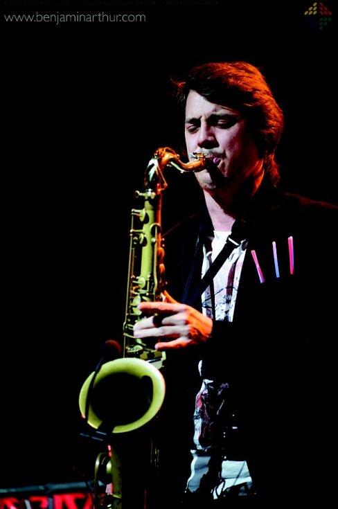 Novým dechařem v kapele Vltava se stal Ondřej Klimek z Frýdku-Místku. Začínal ve folklórním souboru, takže zpívá i tančí. Hraje na flétnu a saxofon.