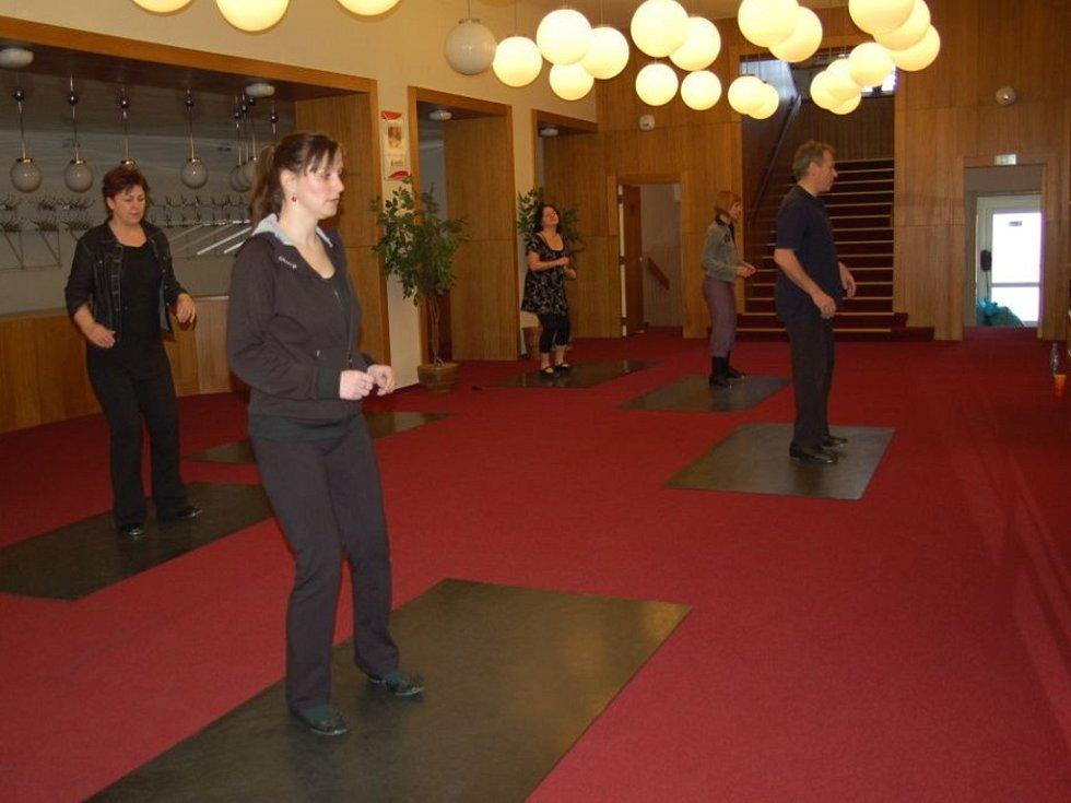 Redaktorka Deníku nacvičovala s herci slováckého souboru taneční kreace do muzikálu Kdyby tisíc klarinetů.