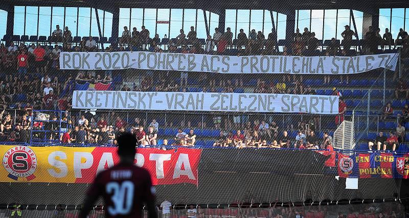 Fotbalové utkání Fortuna ligy mezi celky AC Sparta Praha  a 1. FC Slovácko 5. srpna v Praze. Transparent fanoušků.