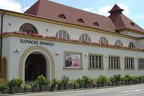 Vlastníkem budovy jsou Sokolové.