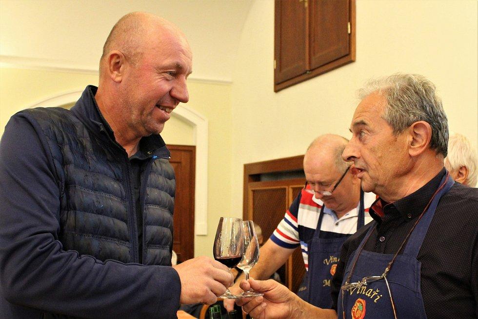Vzhledem k nepřízni počasí byla nedělní (8. září) výstava vín v Redutě příjemným vyvrcholením XVII. ročníku Slováckých slavností vína a otevřených památek. Víno chutnalo i internacionálovi Miroslavu Kadlecovi.