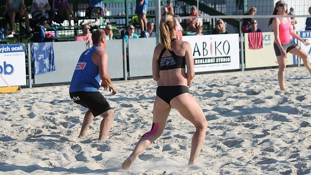 Sedmý ročník benefičního turnaje smíšených dvojic Afrika Beach Open v Uherském Hradišti.
