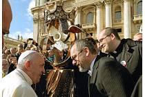 Dar papeži Františkovi - Korunu svaté Anežky České předali ve Vatikánu. Přivezlo je tam auto z UH CARu.