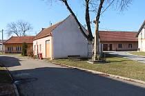 Namísto zchátralého rodinného domu má ve Véskách vyrůst parkoviště a odpočinková zóna s parkem.