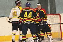 Hokejisté Uherského Ostrohu (v tmavém) porazili Uničov 5:3 (0:2, 1:1, 4:0).