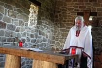 V kamenném kostelíku na Modré uctili svátek sv. Jana a Svatého Ducha. Bohoslužbu celebroval otec Kliment Petr Koutný, duchovní správce pravoslavné církevní obce ve Střílkách.