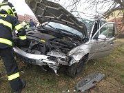 Dvě auta se srazila v úterý ráno v Bílovicích.