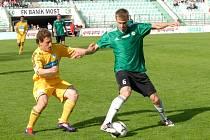 Obránce či defenzivní záložník Stanislav Hofmann (vpravo) se po skončení sezony přesune z mateřského Mostu do Slovácka.