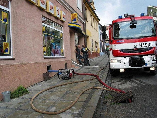 Voda z prasklého potrubí zaplavila několik sklepů v centru Uh. Brodu.