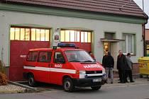 Hasiči v Jarošově si od představitelů radnice v Uherském Hradišti převzali opravené prostory hasičárny.