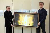 Arménský malíř Ašot Arakeljan, žijící v Horním Němčí, věnoval svůj obraz Prahy tamní škole. Ašot Arakeljan (vlevo), ředitel základní školy Břetislav Lebloch (vpravo).