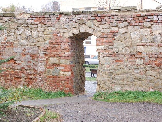 Na opravu dalšího úseku hradeb dojde příští rok.