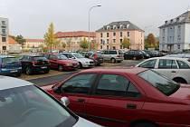 Parkovací místa na Zeleném náměstí v Uherském Hradišti jsou pro obyvatele přilehlých bytů denně obsazená auty, kterými ráno přijíždějí řidiči do práce.