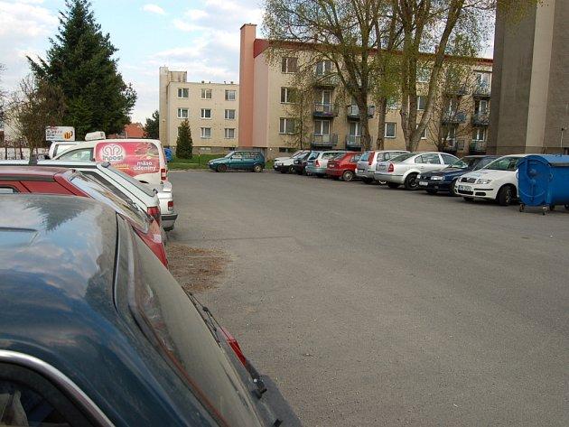 Osobní parkovací místa se stala velmi vítaným východiskem ze složité situace na kunovickém sídlišti V Humnech.