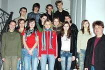 Pěvecký sbor Stojanova gymnázia řídí učitel hudební výchovy Filip Macek (vpravo).