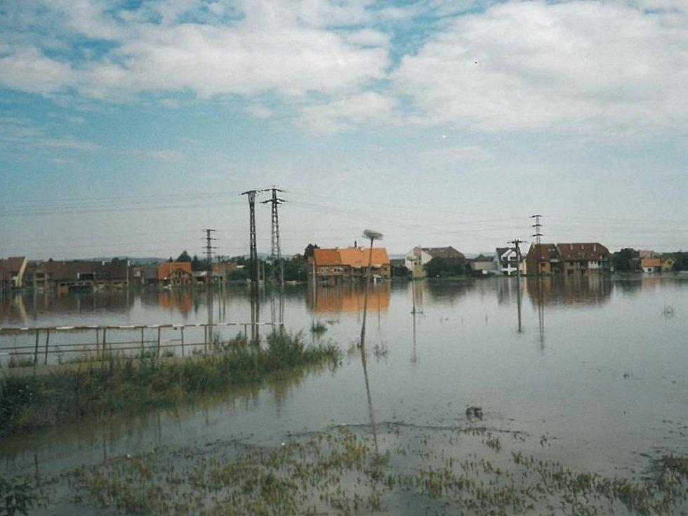 Pohled na zatopenou staroměstskou část. Červenec 1997