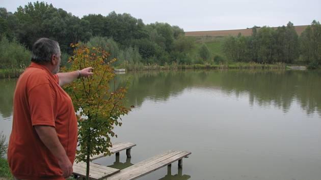 Starostovi Nedachlebic se splnil jeho sen, vybudovat za obcí rybníky.
