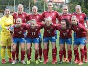 České fotbalistky (v červených dresech) porazily na stadionu Širůch ve Starém Městě Slovensko 2:0